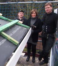 Dachdecker und Zimmermann Schuster, Nikolai und Bauherrin Anke