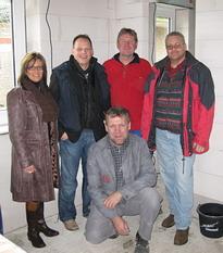 Bauherrin Anke bei der Baubesprechung mit den Gewerken Heizung, Sanitär und Elektro