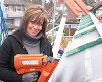 Bauherrin Anke schiesst die Dachlatten fest